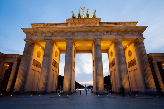Das Brandenburger Tor mit der Quadriga ist nur eine von vielen Sehenswürdigkeiten in Berlin.