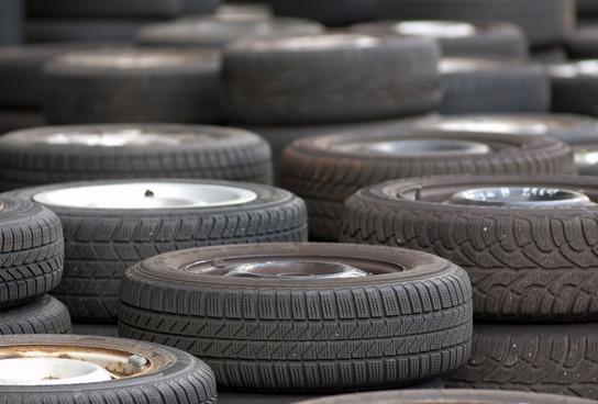 Reifenhändler nehmen Altreifen bei einem Neukauf in der Regel kostenlos entgegen.