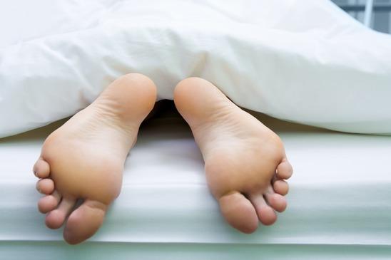 Ursachen für kalte Füße gibt es viele, zum Beispiel können Sie in der Nacht auskühlen.