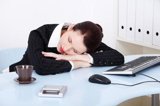Powernapping – Der kurze Schlaf am Arbeitsplatz wird in vielen Büros geduldet oder sogar befürwortet.