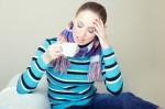 Bei Heiserkeit sind ein Schal und ein Heißgetränk immer ein gutes Hausmittel. (Stimme weg – Was hilft gegen Heiserkeit?)